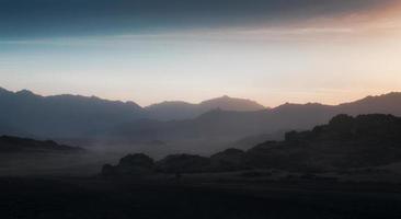 rotsachtige bergen in de schemering foto