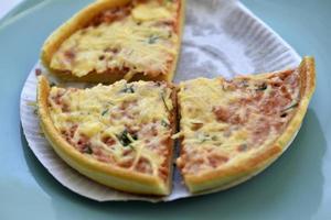goedkope kleine pizza met kaas close-up op een bord