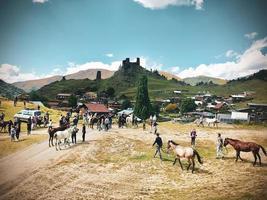 Tusheti, Georgië 2020- Tushetoba traditionele paardenrace waar ruiters en toeschouwers samenkomen op een traditioneel Tushetian festival