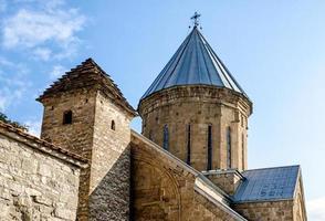 close-up van een oude antieke christelijke kerk met koepel en kruis foto