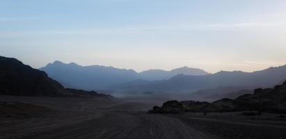 rotsachtige bergen in de avond foto