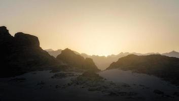 zonsondergang in de bergen foto