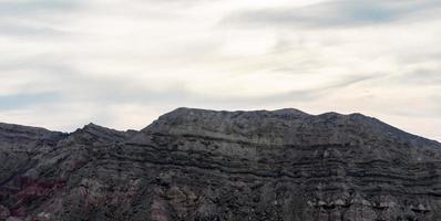 rotsachtige bergen tegen de hemel foto