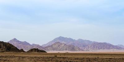 bergen in een woestijn foto