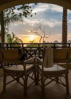 stoelen op een terras bij zonsondergang foto