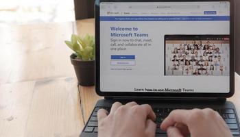 Chiang Mai, Thailand 2021 - persoon die het sociale platform van Microsoft Teams op de computer downloadt foto