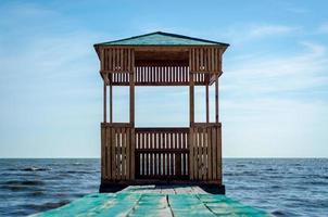houten prieel op het water foto
