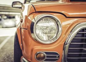 de koplamp van een retro-stijl van een vintage auto foto