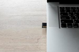 geheugenkaart van een camera in een laptop om foto's over te zetten foto
