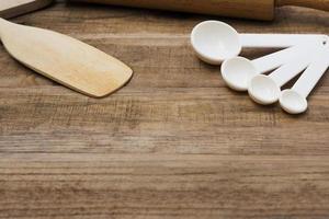 houten bakkerijhulpmiddelen op een houten lijst