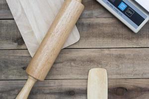 houten bakkerijgereedschap met een digitale weegschaal op een houten tafel