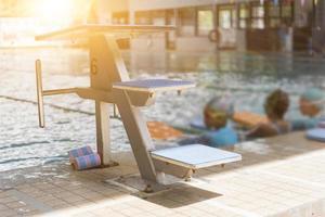 zwembad en springtribune foto
