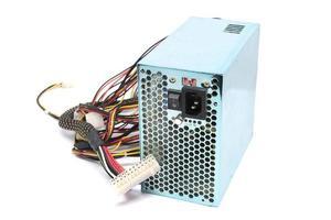 500w voedingseenheid met kabels en schakelaar io voor pc-computers geïsoleerd op een witte achtergrond foto