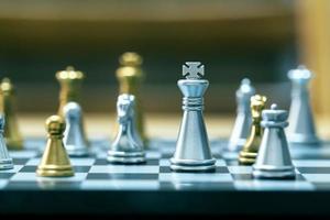 zilveren en gouden schaakbordstukken foto