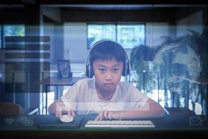 jongen met behulp van een computer foto
