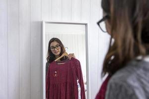 vrouw probeert op kleding foto