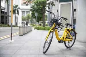 gele fiets op de stoep foto