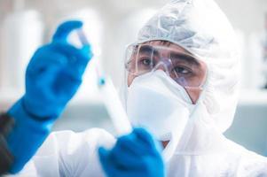wetenschapper die een spuit met vreselijk vaccin houdt foto