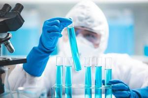 wetenschapper kijken naar reageerbuizen foto
