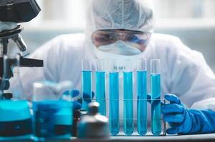 wetenschapper die reageerbuizen analyseert foto