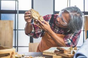 timmerman man aan het werk met hout foto