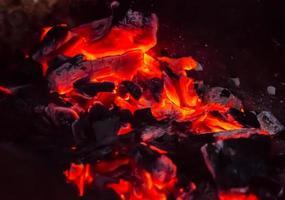roodgloeiende houtskool foto