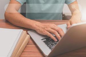 persoon die een laptopcomputer gebruikt om online informatie en kennis te vinden foto