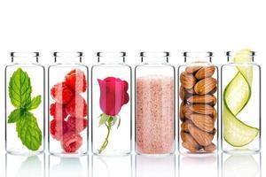 zelfgemaakte huidverzorging met natuurlijke ingrediënten en kruiden in glazen flessen geïsoleerd op een witte achtergrond foto