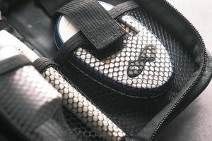 close-up van diabetische meetinstrumenten in een kleine tas