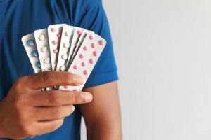 close-up van hand met blisterverpakkingen met kopie ruimte foto