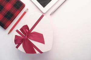 hartvormige geschenkdoos op witte achtergrond foto