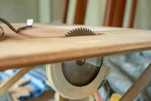 close-up van metalen schotel van elektrische zaagmachine op de tafel in de fabriek foto