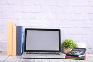 laptop met leeg scherm op bureau
