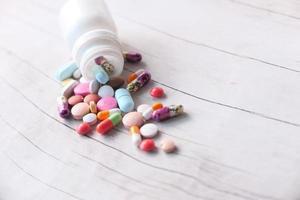 kleurrijke pillen morsen op houten achtergrond