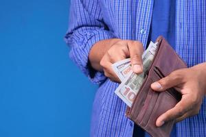 man die geld uit de portemonnee haalt foto