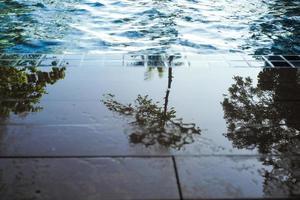 abstracte textuur en achtergrond van de rand van het zwembad met reflectie foto