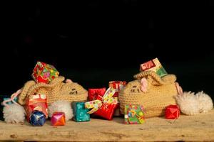 close-up van geschenkdoos verpakt door kleurrijk papier foto