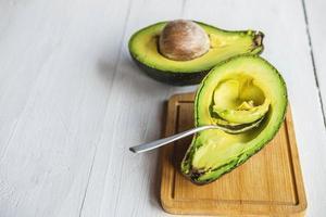 gehalveerde avocado op hout foto
