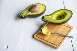 verse gehalveerde avocado foto