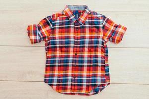 shirt op houten achtergrond foto