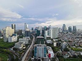 Jakarta, Indonesië 2021 - luchtfoto van snelwegkruising en gebouwen in de stad Jakarta foto