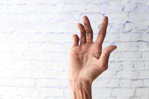 hand van een oudere persoon op wit wordt geïsoleerd