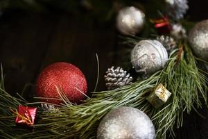 kerstkrans van dennentakken met kerstversiering foto