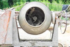 close-up foto van vuile betonmixer werken op de bouwplaats