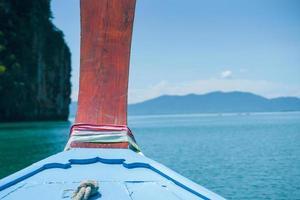 close-up houten plaat van het hoofd van de boot gebonden door kleurrijke kleding voor geluk