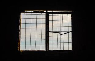oud raam bij zonsondergang