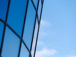 hoogbouw met een blauwe lucht