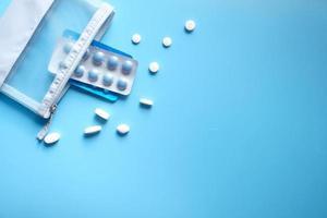 bovenaanzicht van pillen en blisterverpakking op blauwe achtergrond foto