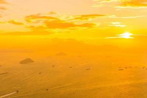 prachtige kleurrijke zonsondergang over hong kong, china