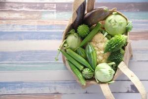 groenten in een papieren zak foto